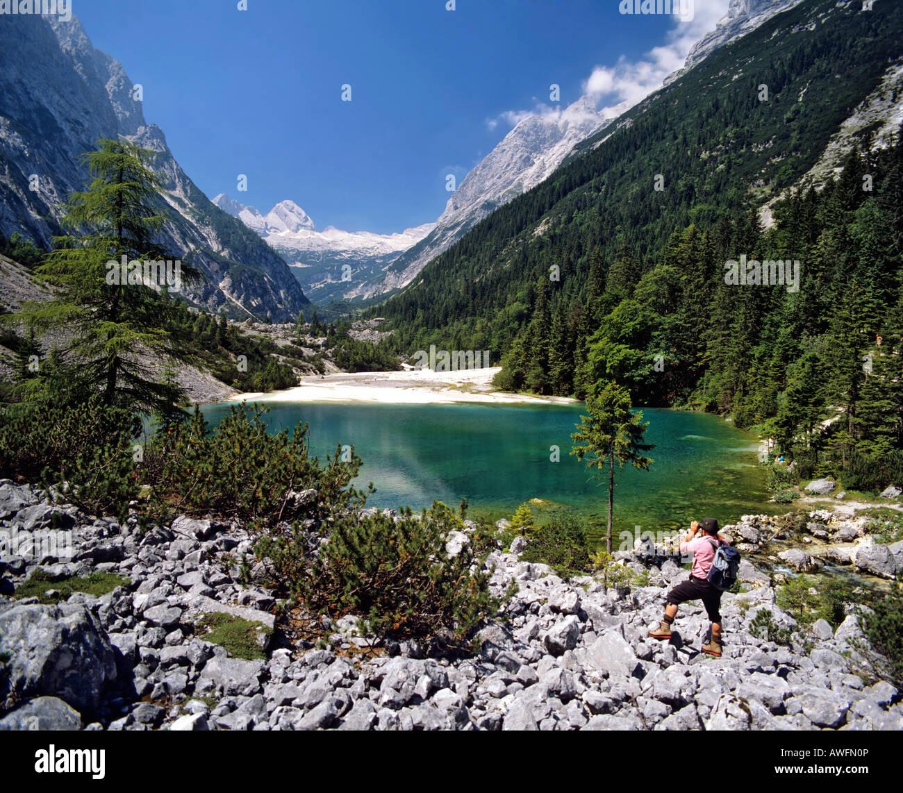Wanderer vor die Blaue Gumpe Alpensee, Wettersteingebirge, Upper Bavaria, Bayern, Deutschland, Europa Stockfoto