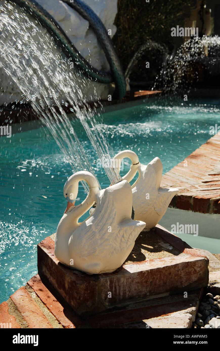 Modellierte Schwäne Dienen Als Wasserspiele Am Swimmingpool Im Garten Des  Hauses Der Surrealistischen Maler Salvador Dali