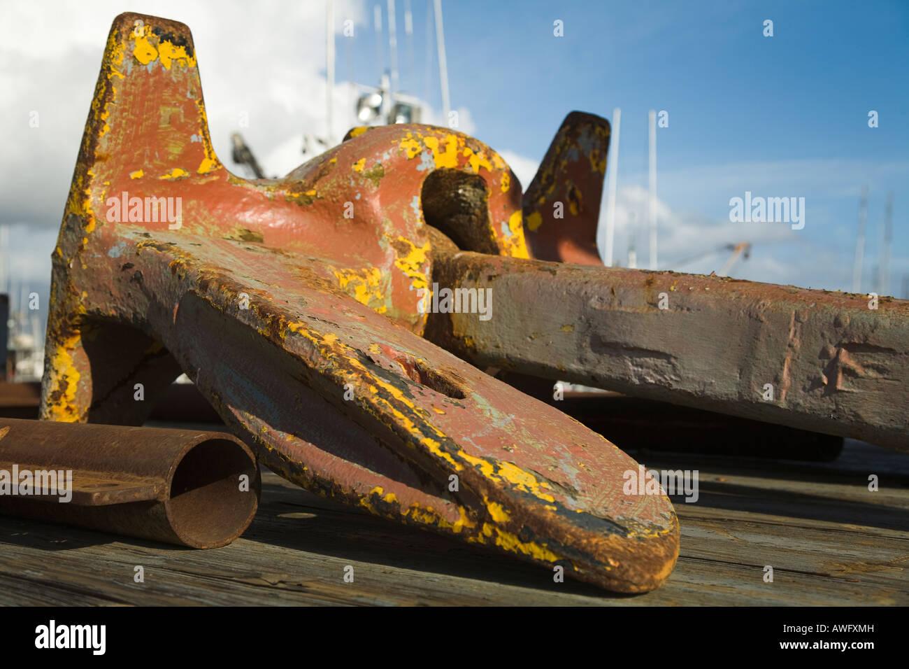 CALIFORNIA Santa Barbara großen rostigen Metall Boot vor Anker auf Ladefläche verblasst und gechipt gelben Stockbild
