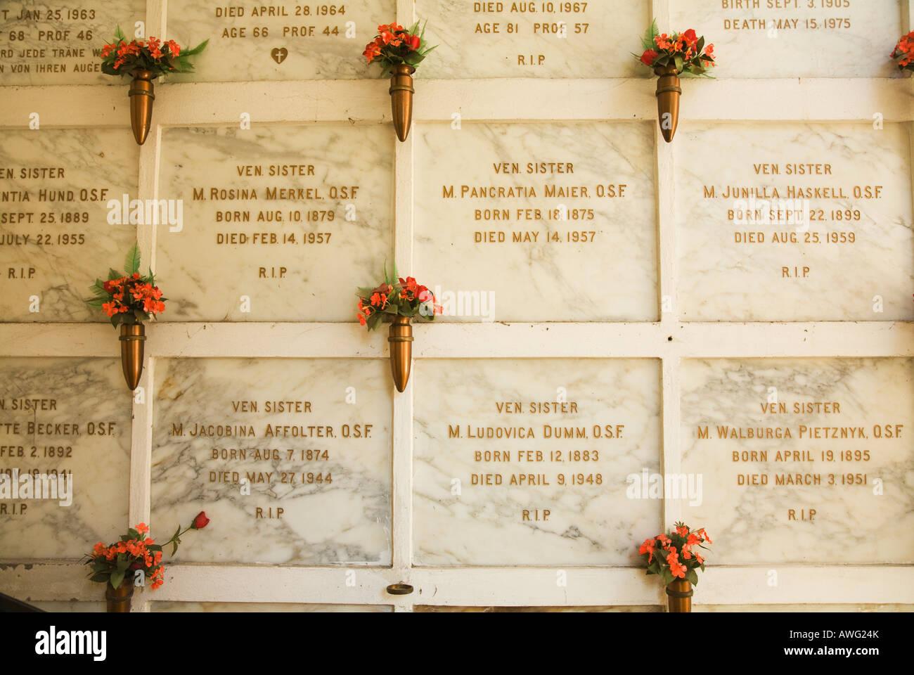 CALIFORNIA Santa Barbara künstliche Blumen Gräber für Franziskanerinnen Nonnen Mission Santa Barbara Stockbild