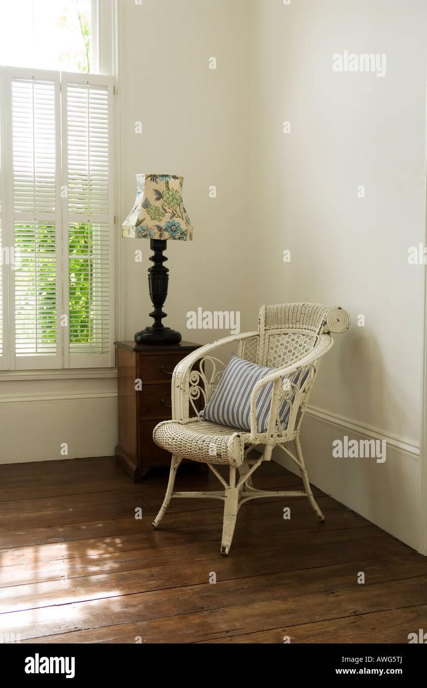 Sessel und Lampe im Schlafzimmer Ecke in London nach Hause von einem ...