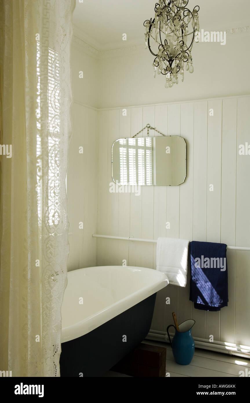Badezimmer mit Gardine und Kronleuchter Stockfoto, Bild: 16572870 ...