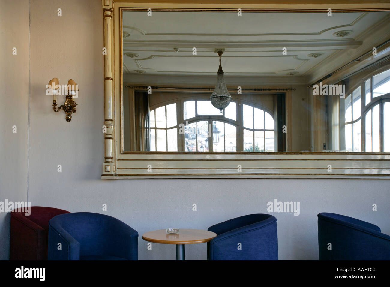 Kronleuchter Für Große Räume ~ Ein leerer raum mit einem großen vergoldeten gerahmte spiegel plüsch