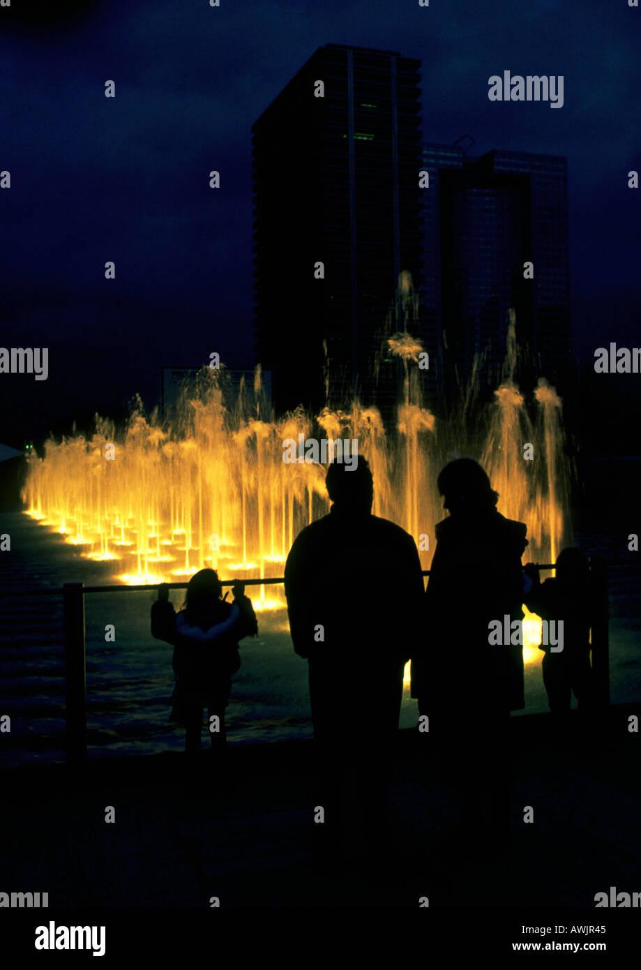 Menschen, die Silhouette vor Brunnen in der Nacht Stockbild