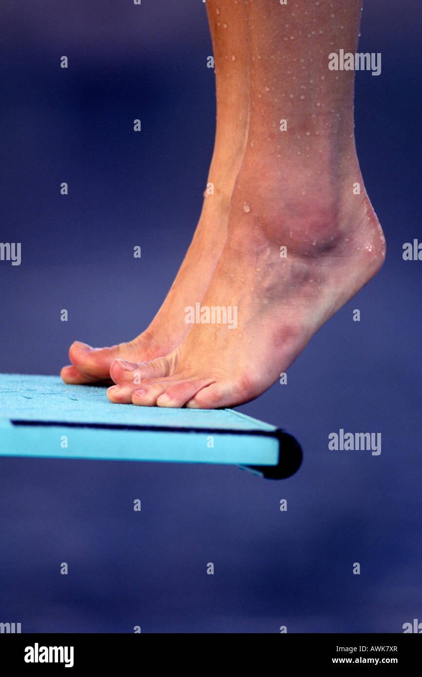 Detail der Taucher Füße auf dem Sprungbrett Stockbild