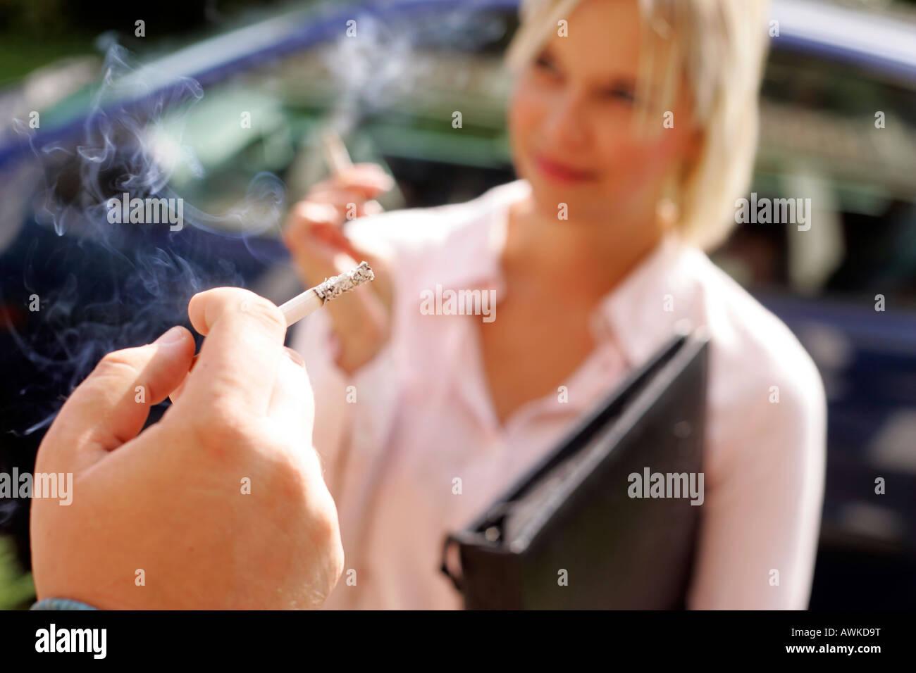 Leute rauchen außerhalb ihrer Büros Stockbild