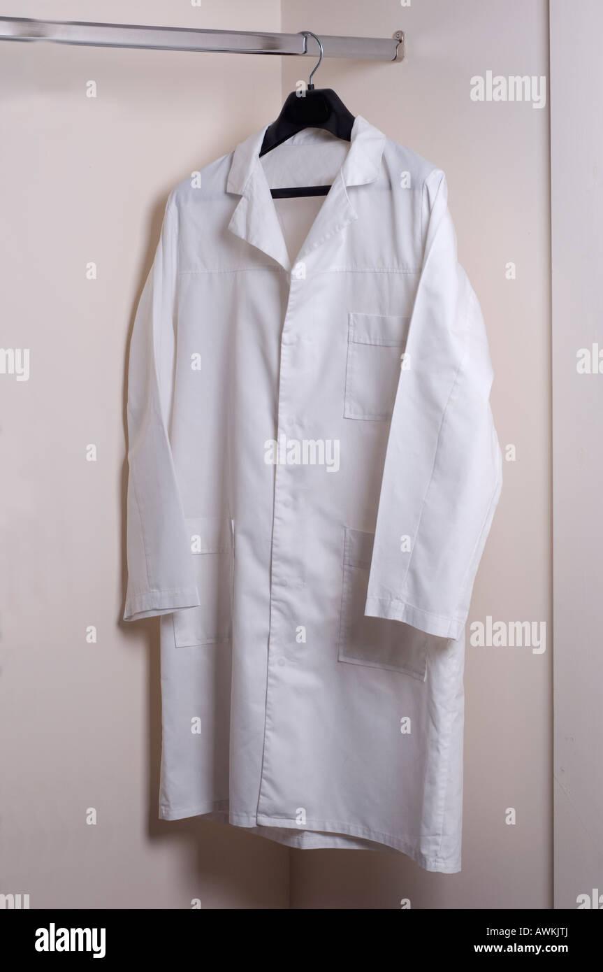 Weißen Kittel auf Kleiderbügel Stockfoto, Bild: 16605185 - Alamy