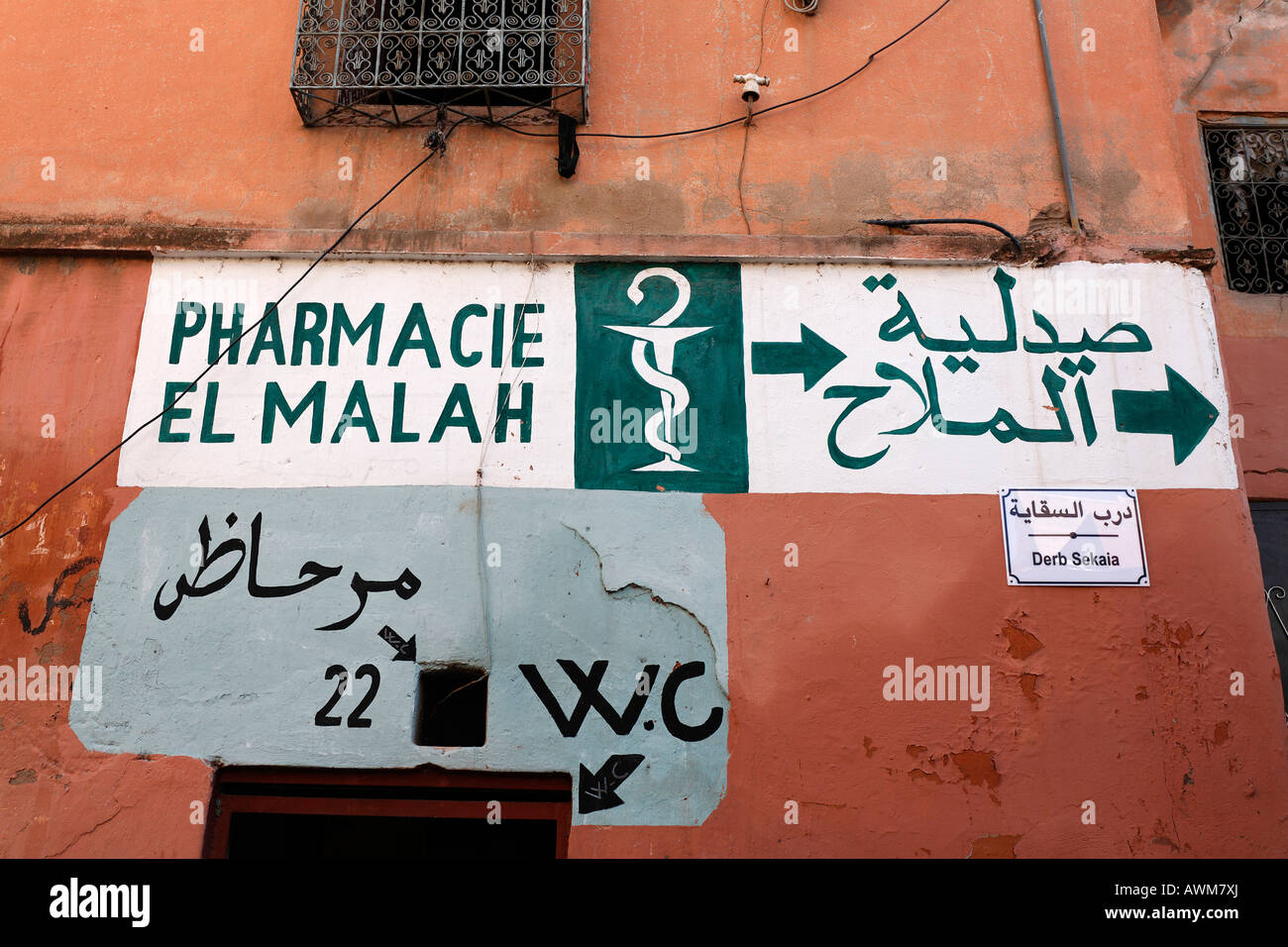 Finger post Apotheke und Wc, an eine Wand gemalt, alten jüdischen Viertel Mellah, Medina, Marrakesch, Marokko, Stockbild