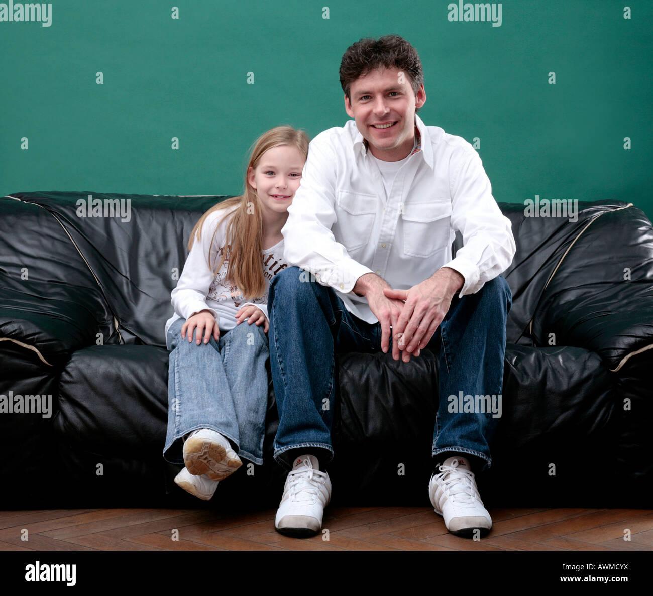 Vater und Tochter auf der Couch entspannen Stockfoto