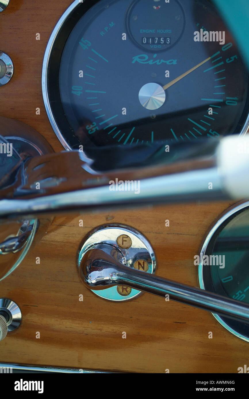 Cockpit, WISCO und Start Hebel, made in Italy Riva Motorboot Stockbild