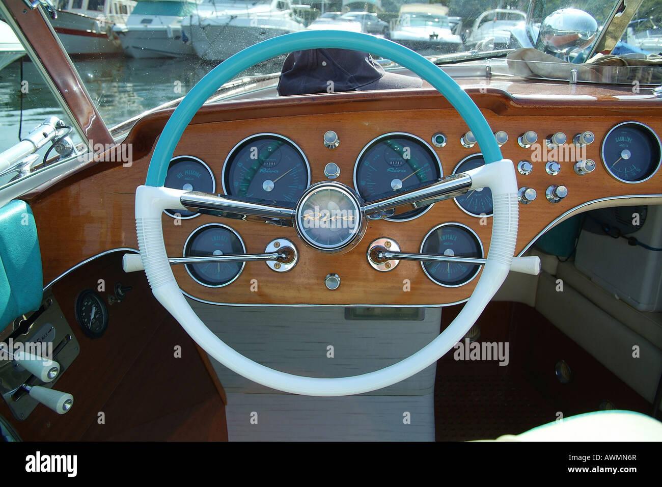 Cockpit, Lenkrad und Armaturenbrett, made in Italy Riva Motorboot Stockbild