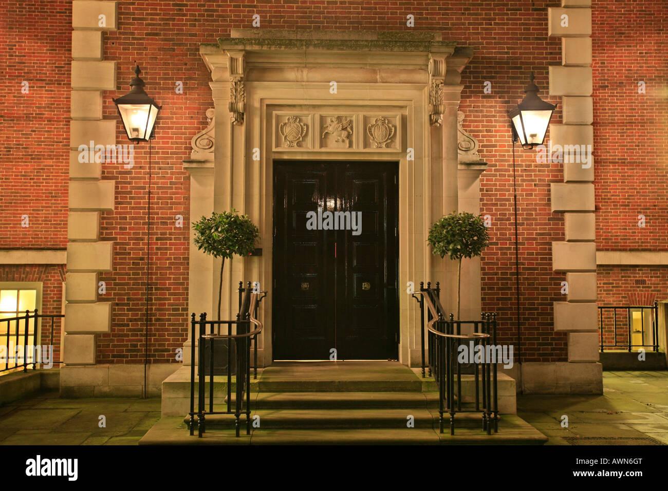 Eingang zu einem klassischen Backsteingebäude in der City of London, UK Stockbild