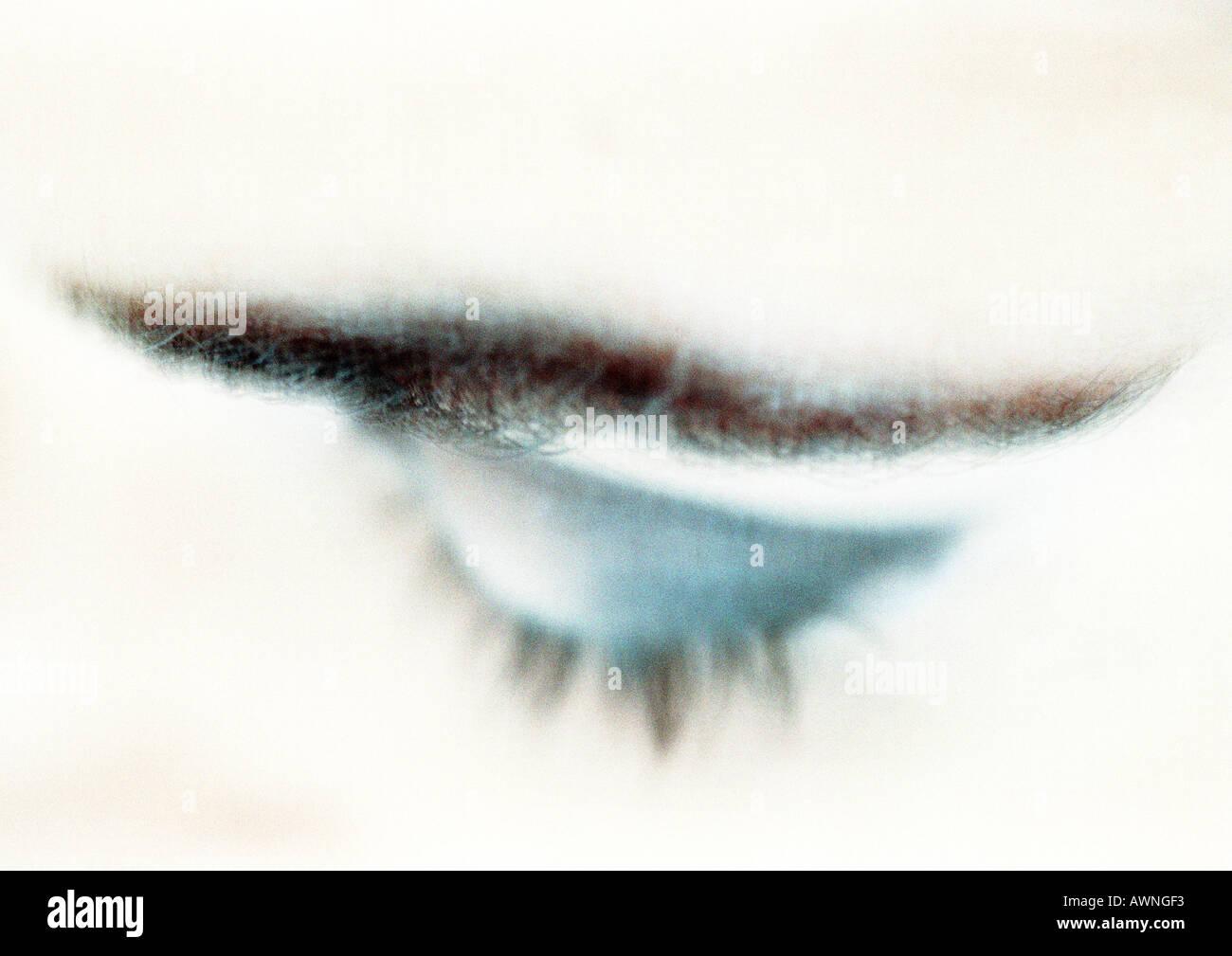 Frau geschlossen Augen mit blauen Lidschatten, Nahaufnahme, erhöhte Ansicht, verschwommen. Stockbild