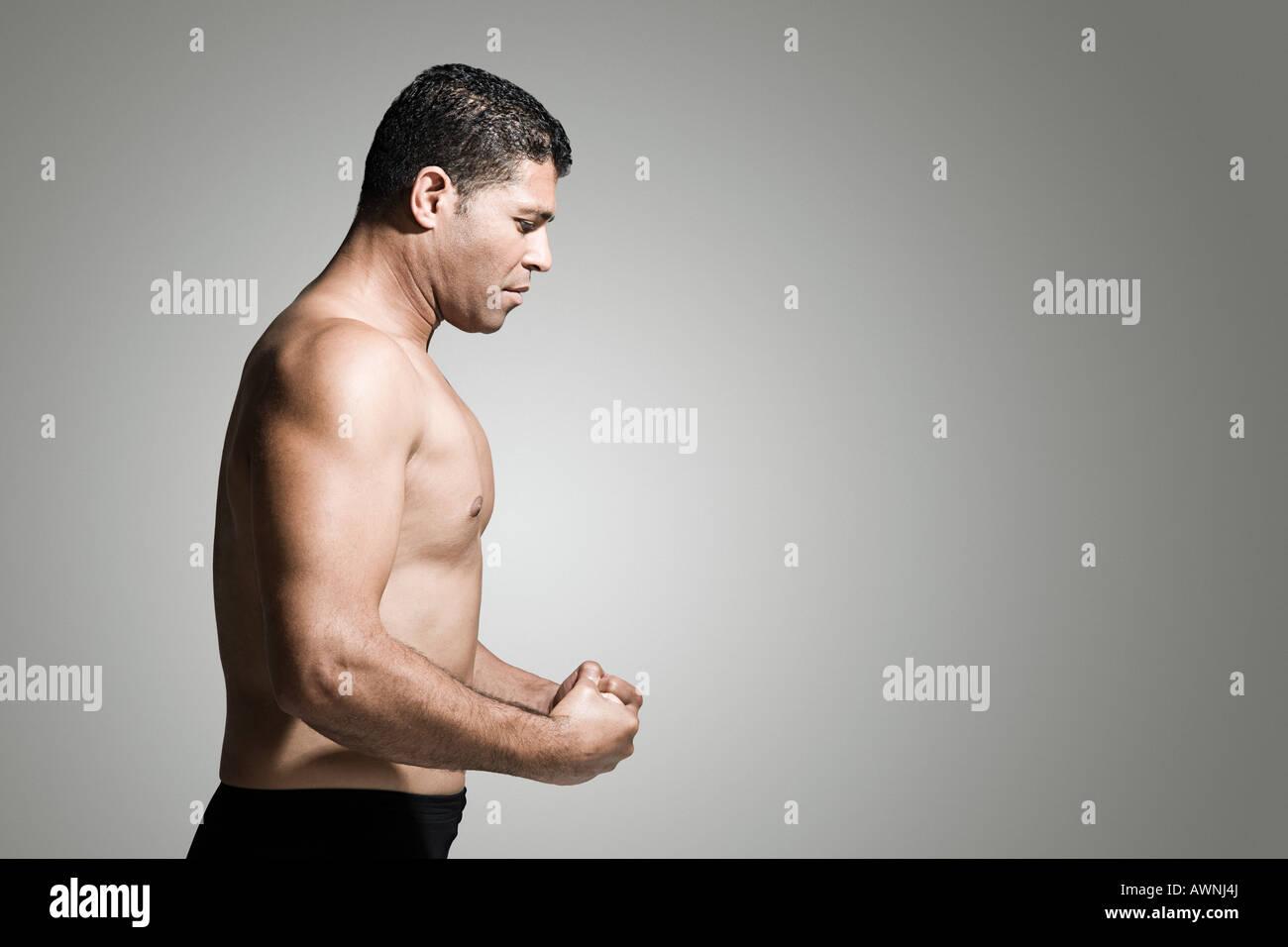 Profil von einem muskulösen Mann Stockbild