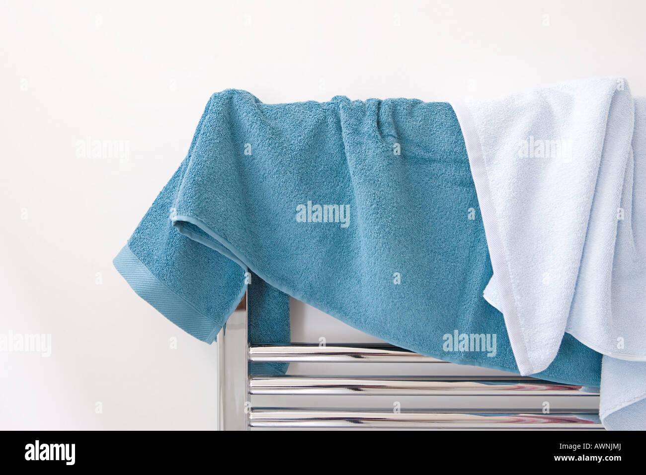 Handtücher Auf Dem Heizkörper Trocknen Stockfoto, Bild