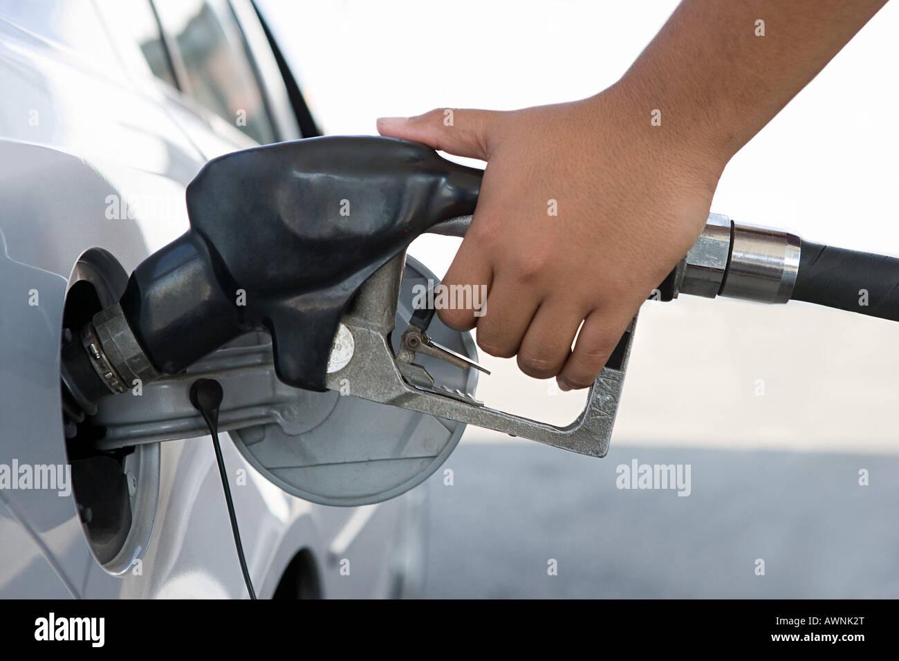 Eine Person, die einen Benzintank zu füllen Stockbild