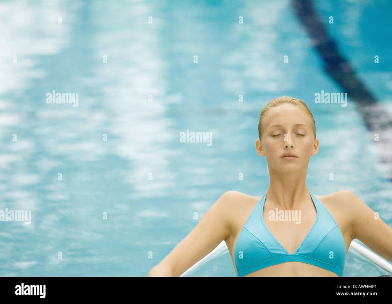 Frau entspannenden Pool, Augen geschlossen Stockbild