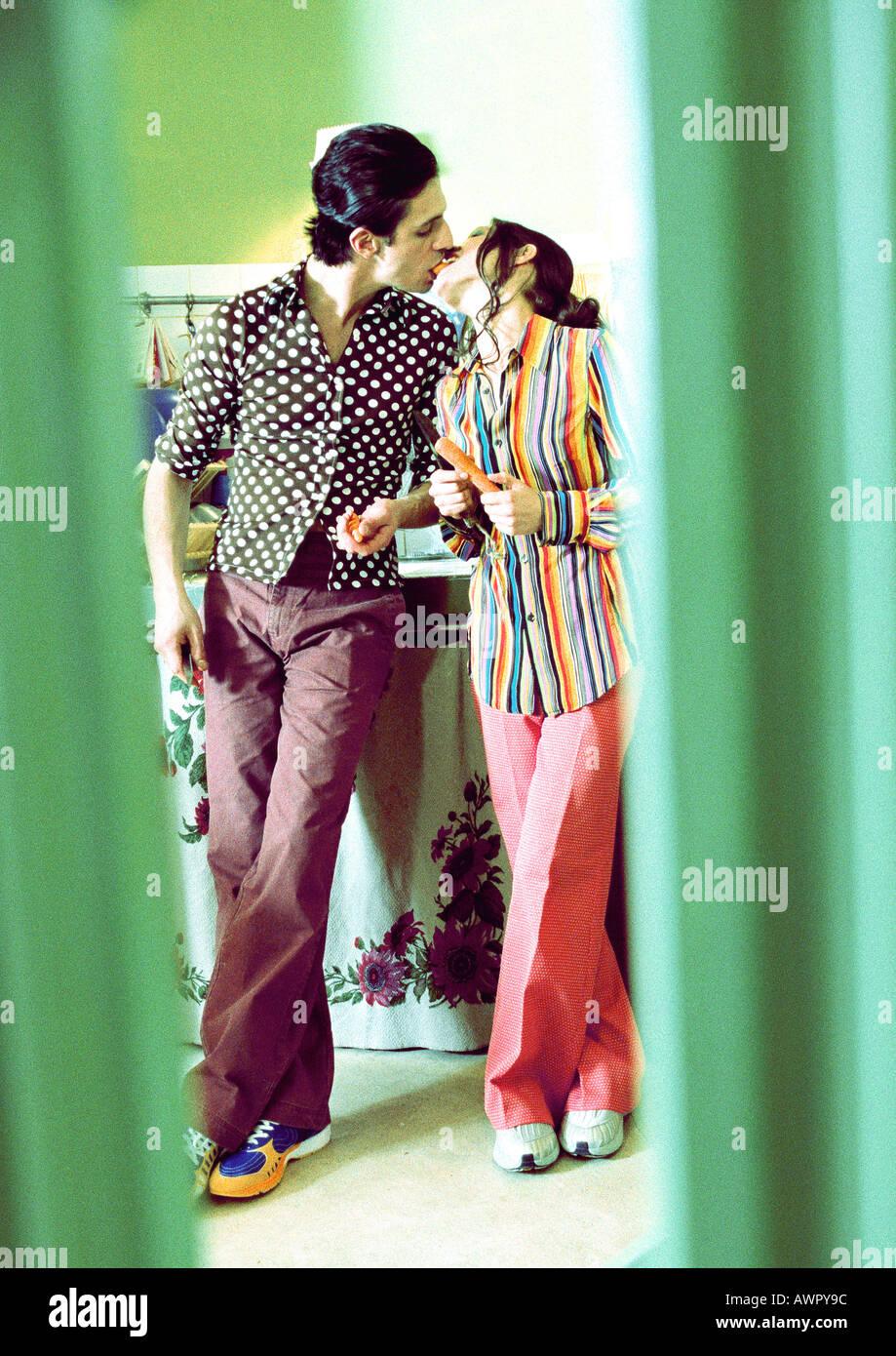 Paar in der Küche stehen, küssen. Stockfoto