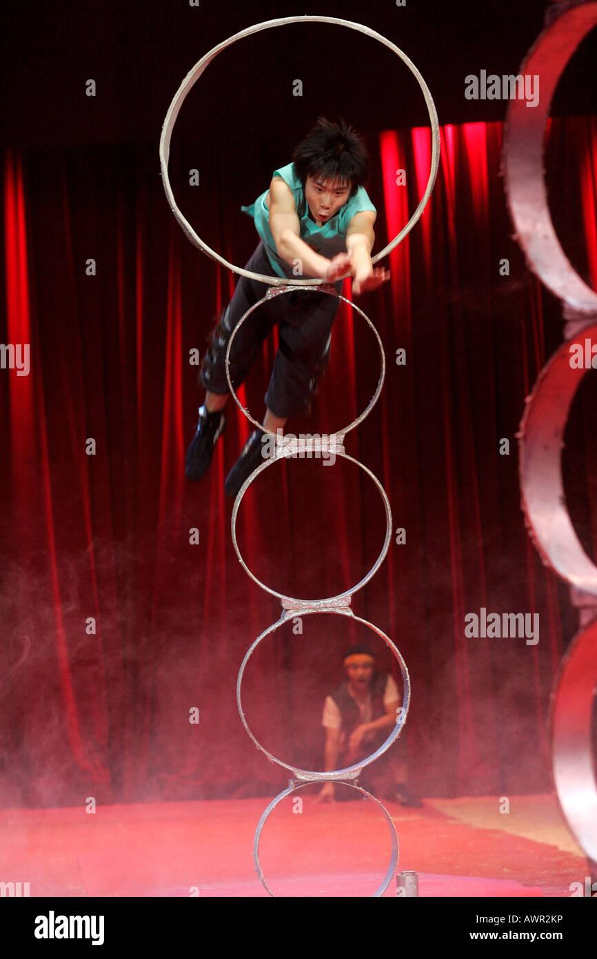 Künstler Stuttgart ein künstler der gruppe reifen springt durch einen reifen