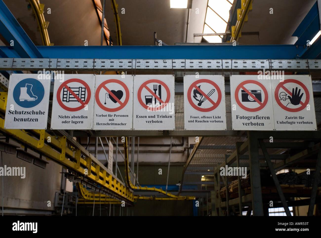 Verbotsschilder in einer Manufaktur Stockbild