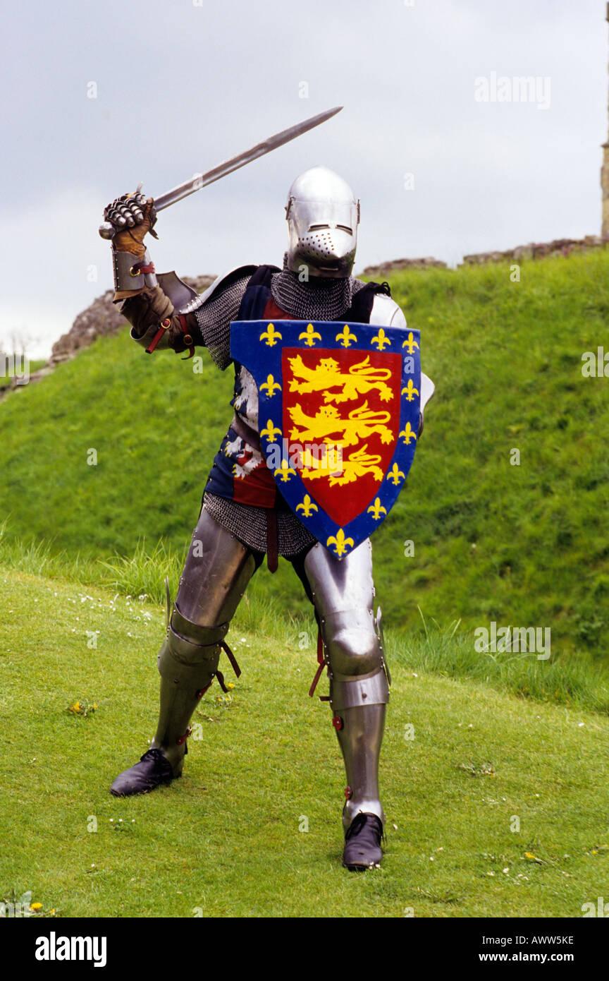 Mittelalterliche Ritter in Plattenrüstung Schwert Schild re Enactment Geschichte Kostüm historisches Wappen drei 3 Löwen Löwen English UK Stockbild