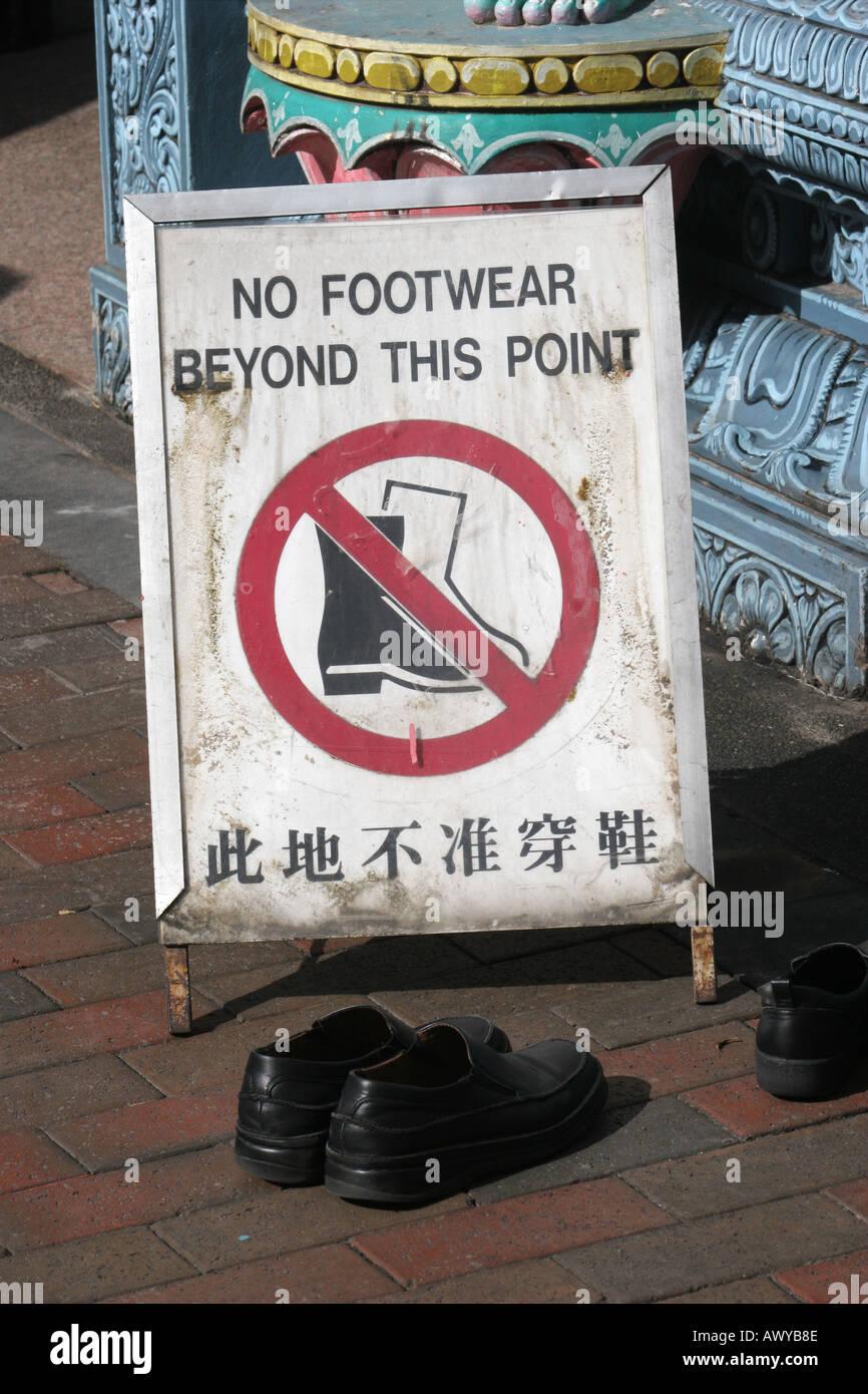 69907dd36b2887 Keine Schuhe Zeichen Sri Krishnan Tempel-Singapur Stockfoto