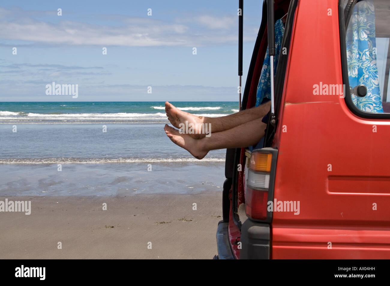 Nackte Füße Herausragen Boot Rot Wohnmobil Am Strand Stockfoto Bild