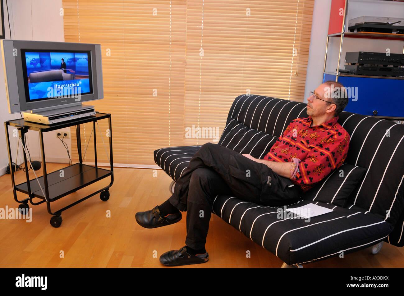 Mann Sitzt Auf Der Couch Vor Dem Fernseher Stockfoto Bild 16688125