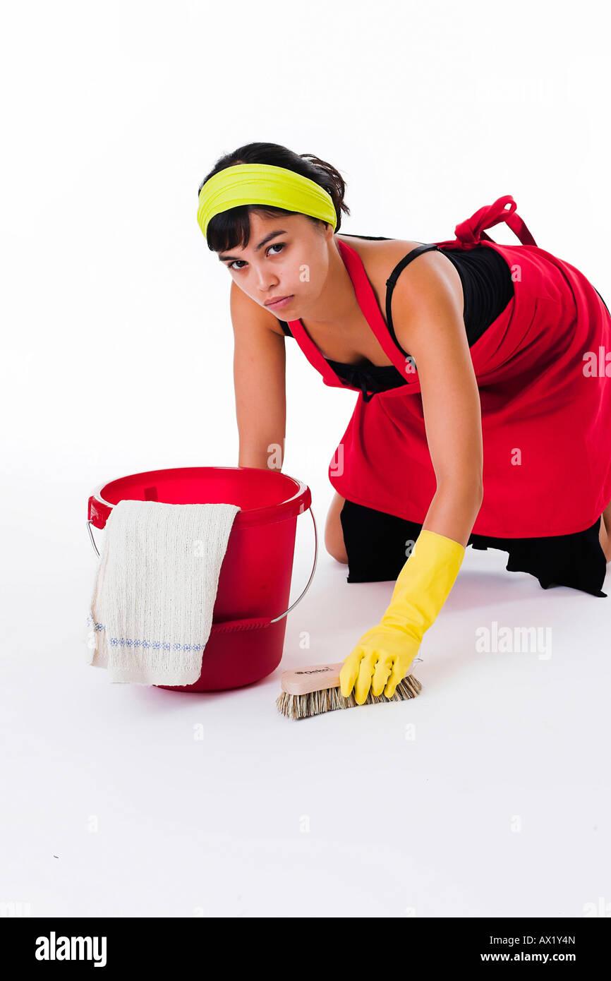 putzfrau ist den boden schrubben stockfoto bild 16702052