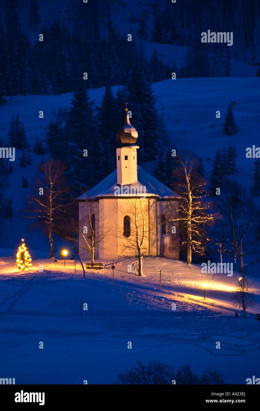 St. Anna Kirche mit Weihnachtsbaum, Kapelle, Achenkirch, Tirol, Österreich Stockbild