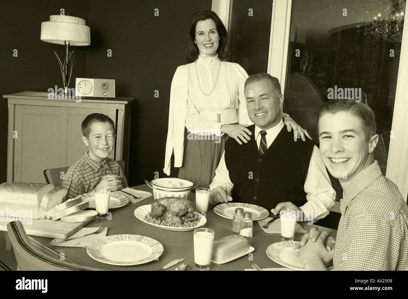 Family Dinner 1950's Stockfotos & Family Dinner 1950's ...