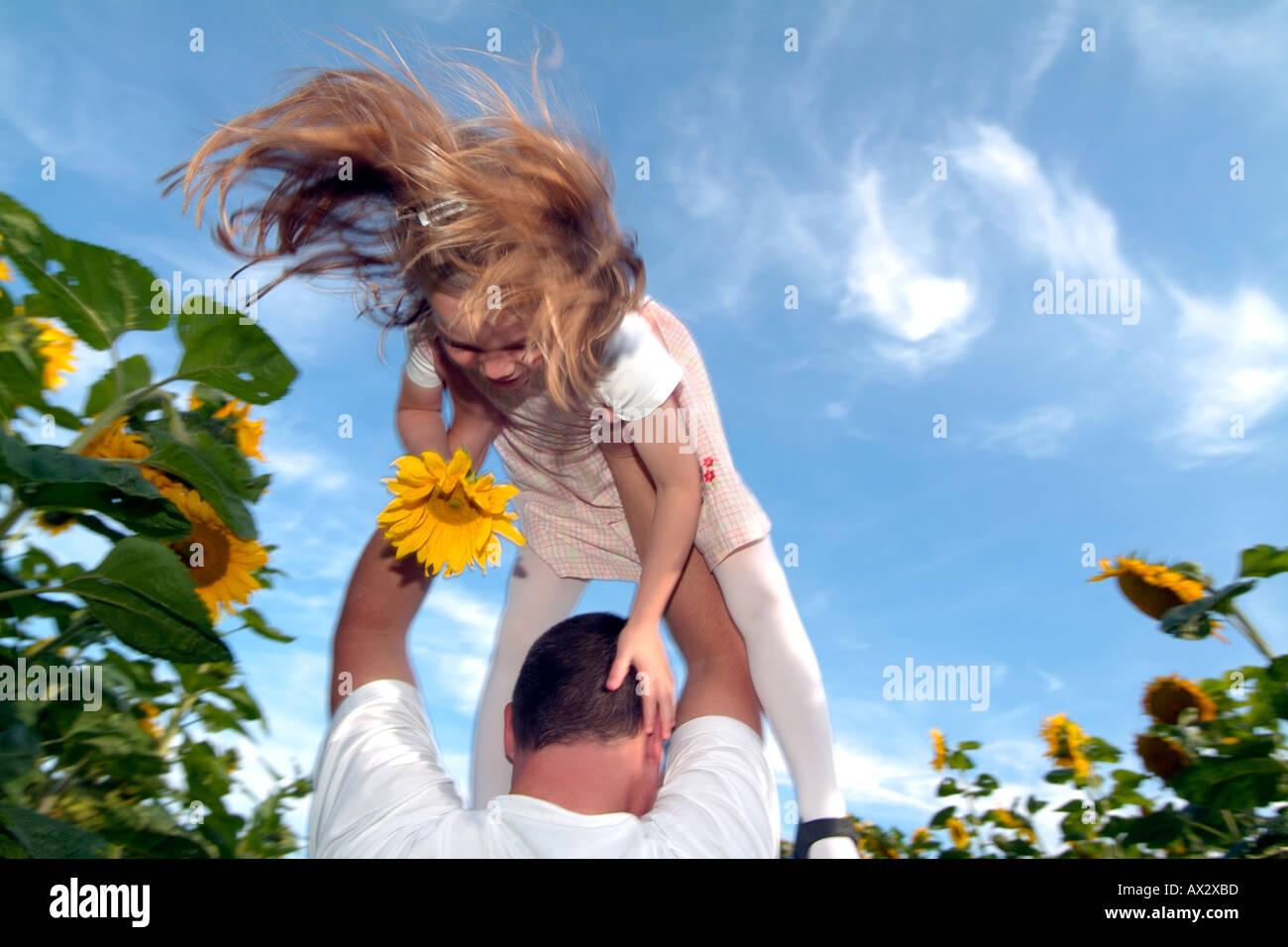 7years alte glückliches Kind mit Blumen Mädchen Sommer Sonnenblume Glück Stockbild