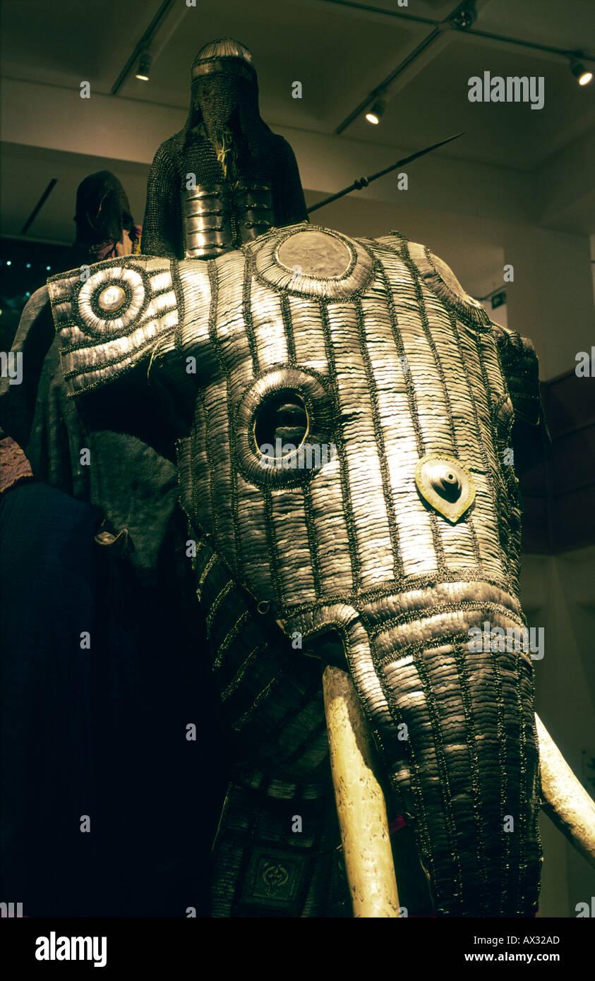 Das Royal Armouries Museum in Leeds, West Yorkshire. Innenraum mit original Elefanten Rüstung von Moghul-Region von Indien. Stockbild