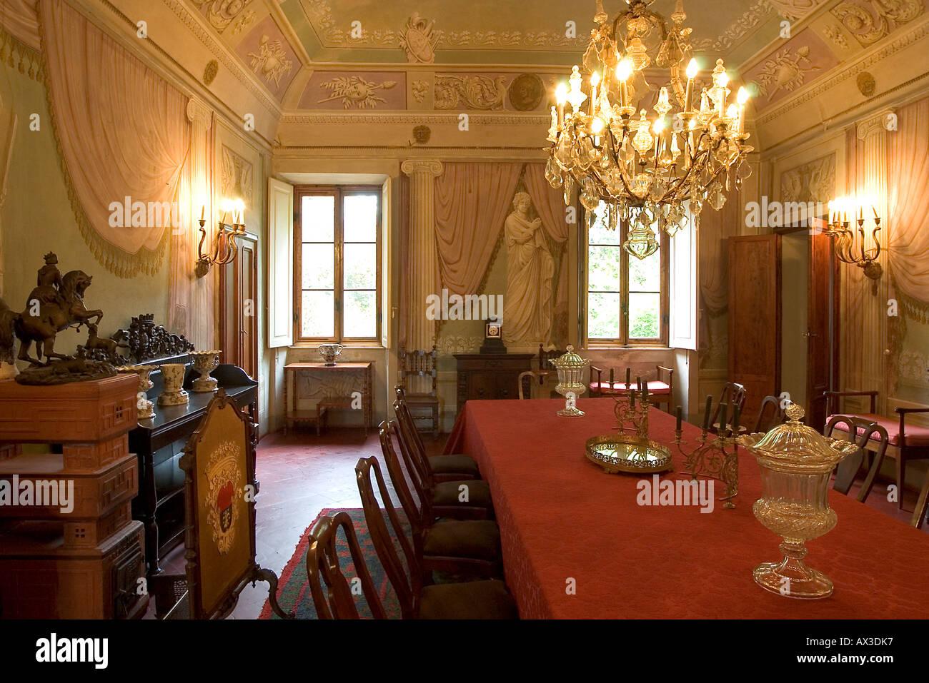 Esszimmer In Einer Reich Verzierten Italienischen Villa In Der Toskana Mit  Antiken Möbeln, Kronleuchter Und Hohen Decken