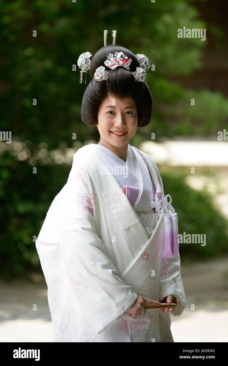 Japanische Braut im Hochzeitskleid an Meiji-Jingu Schrein, Tokyo