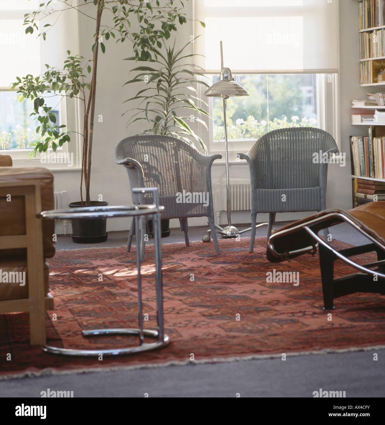 Grau-Lloyd Loom Stühle und Eileen Gray Chrom und Stahl Tisch im ...