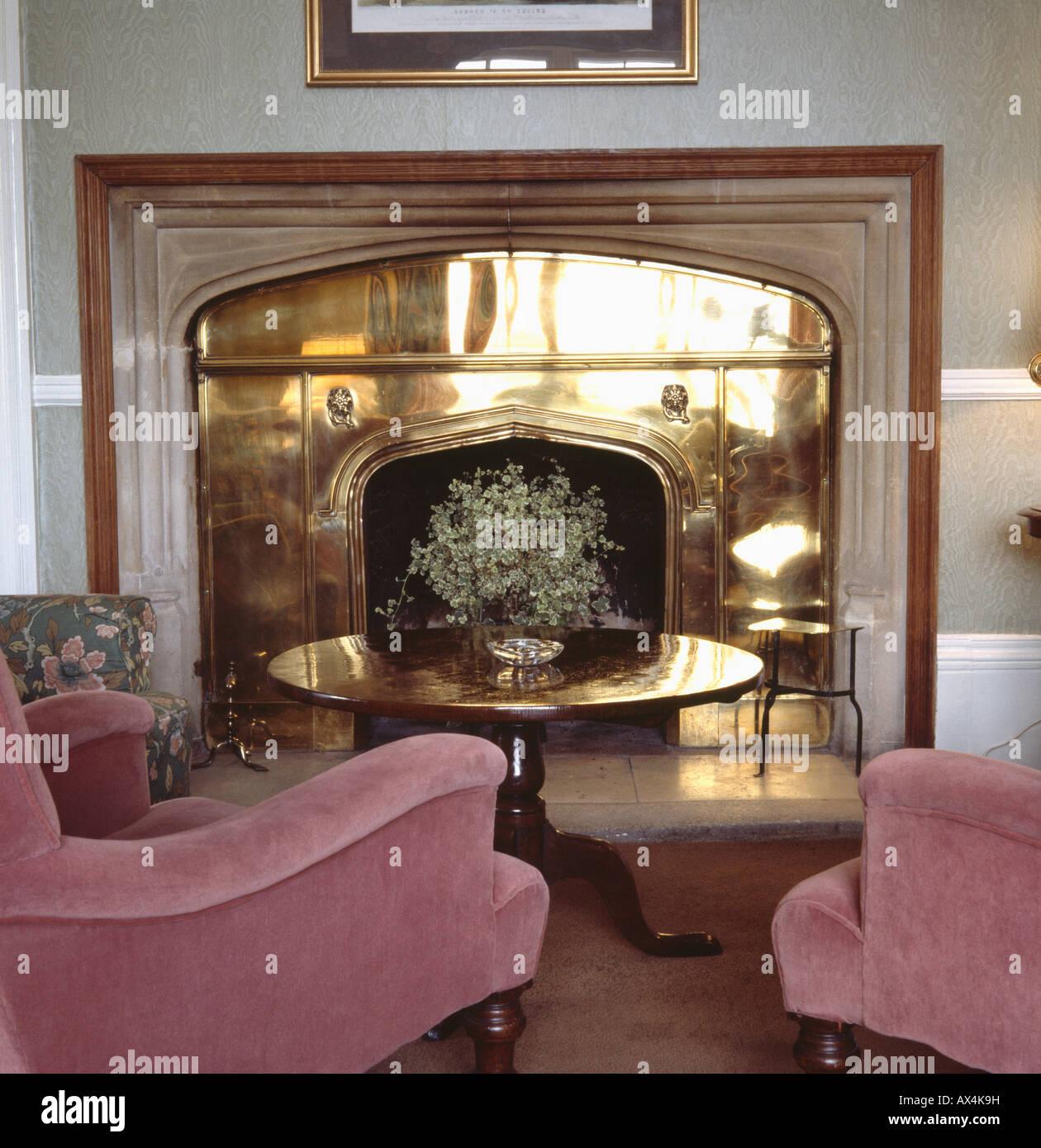 Kupfer Jugendstil Kamin Und Antiken Tisch Im Wohnzimmer Mit Rosa Velour Viktorianischen Sessel Der Achtziger Jahre