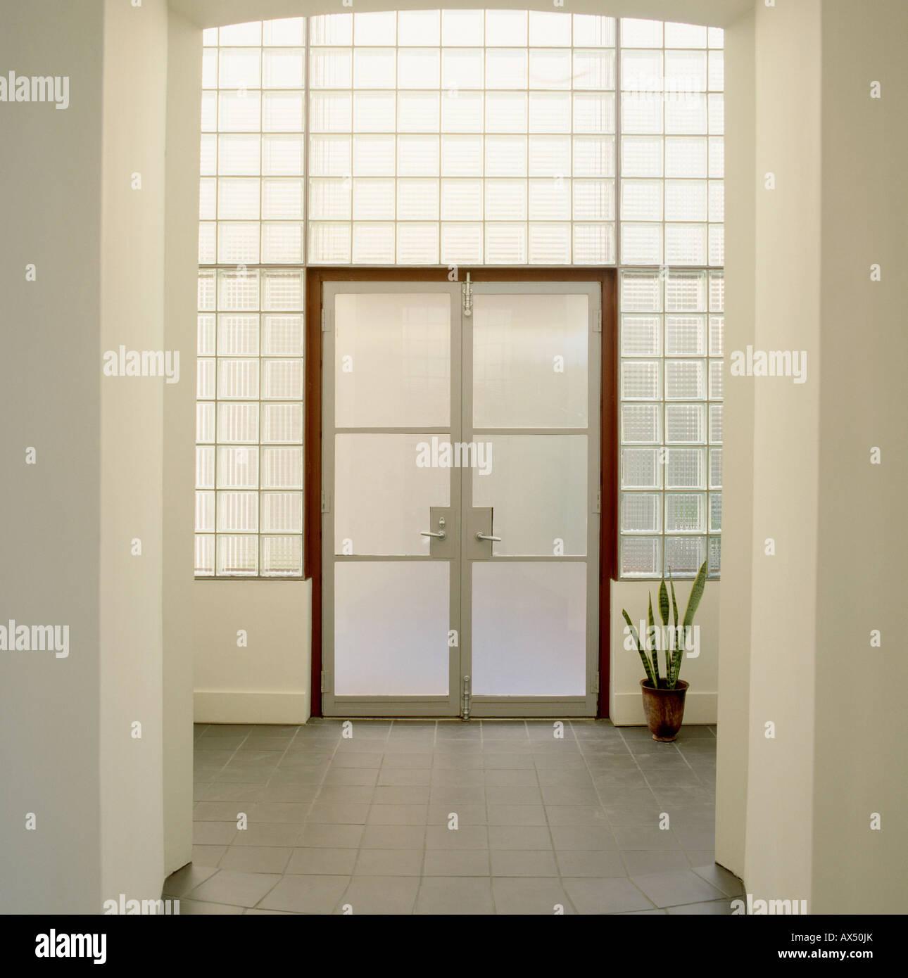 Milchglas-Türen in Glasbaustein Wand in modernen weißen ...