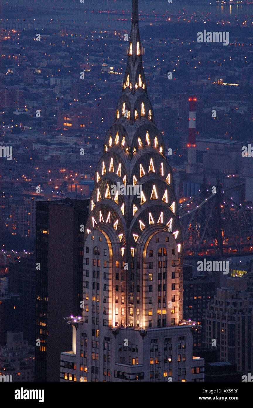 Ansicht des Chrysler Building in der Nacht von der Spitze des ...