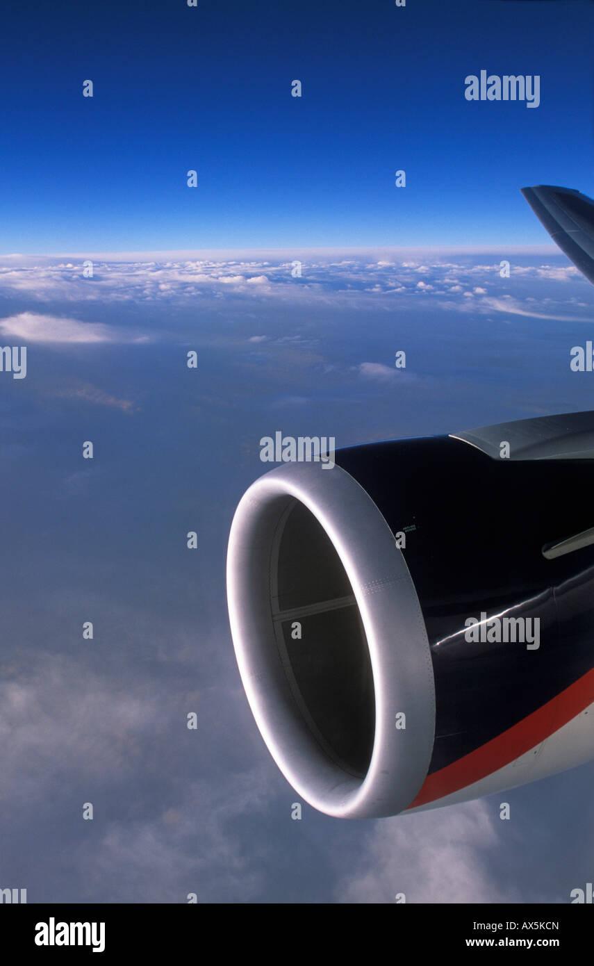 Aus dem Fenster eines Flugzeugs betrachtet-Flugmotor Stockbild