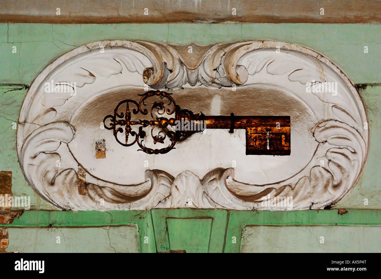 Taste auf eine Gebäude-Fassade in der Altstadt von Prag, Tschechische Republik, Europa Stockbild