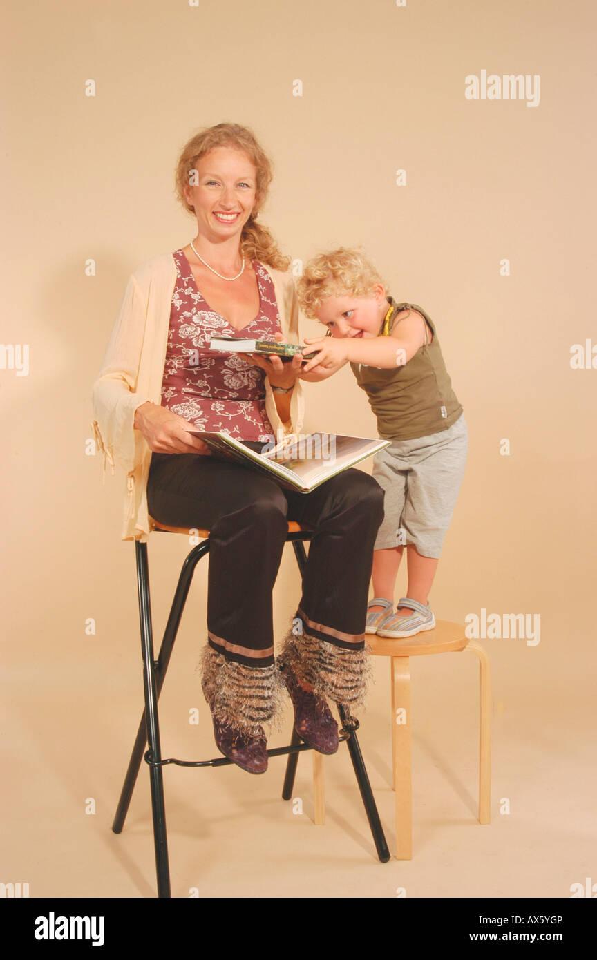 Frau mit Kind lesen Stockbild