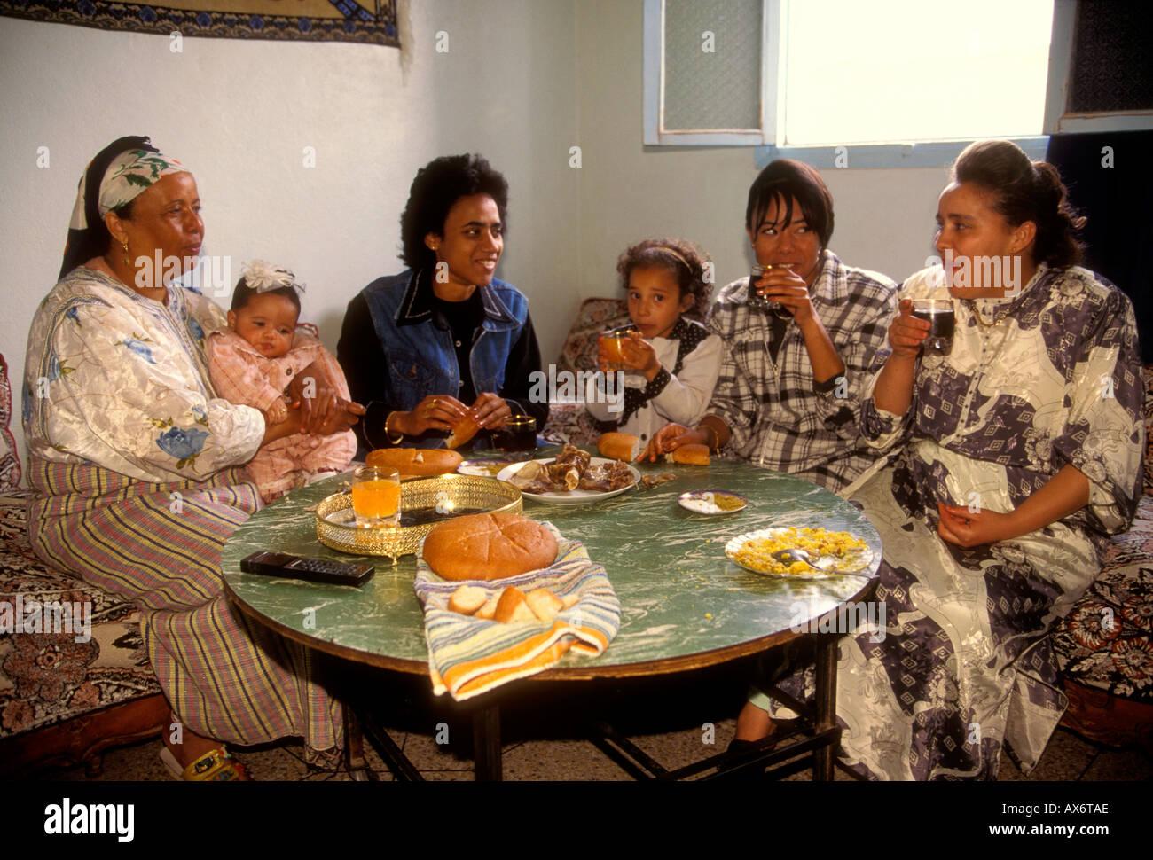 marokkanischen familie essen zu hause fes el bali stadt von fes marokko stockfoto bild. Black Bedroom Furniture Sets. Home Design Ideas