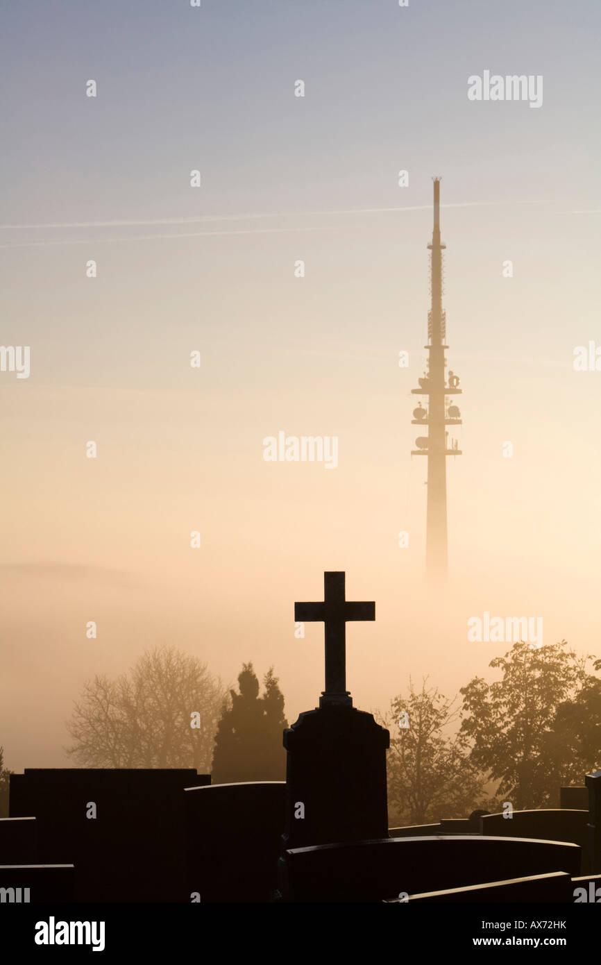 Deutschland, Bayern, Hohenpeißenberg, Grave yard vor Fernsehturm Stockbild