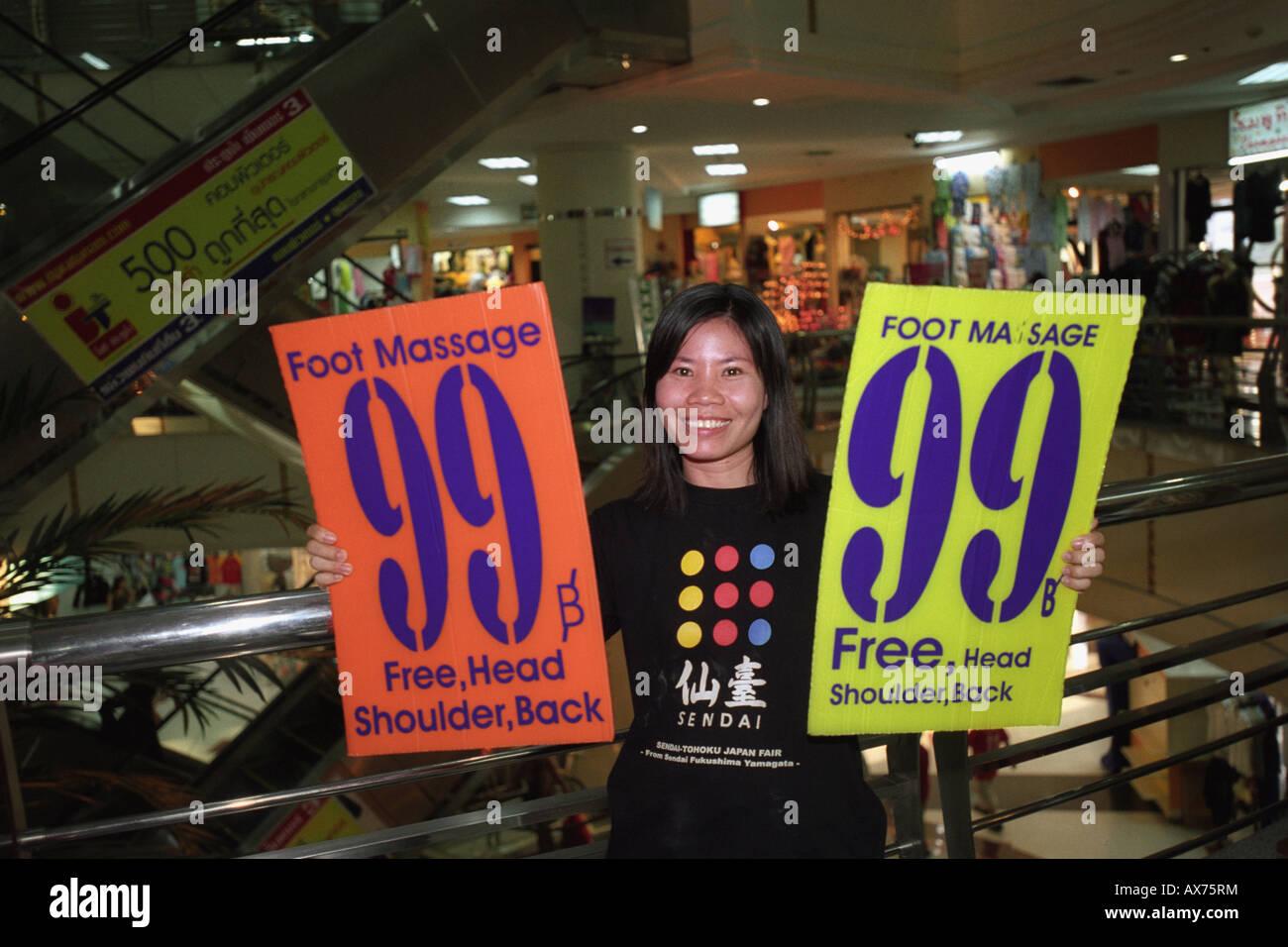 Thai Fuß Massage Verkauf für 99 Baht, im Zentrum Pratunam, Bangkok. Stockbild