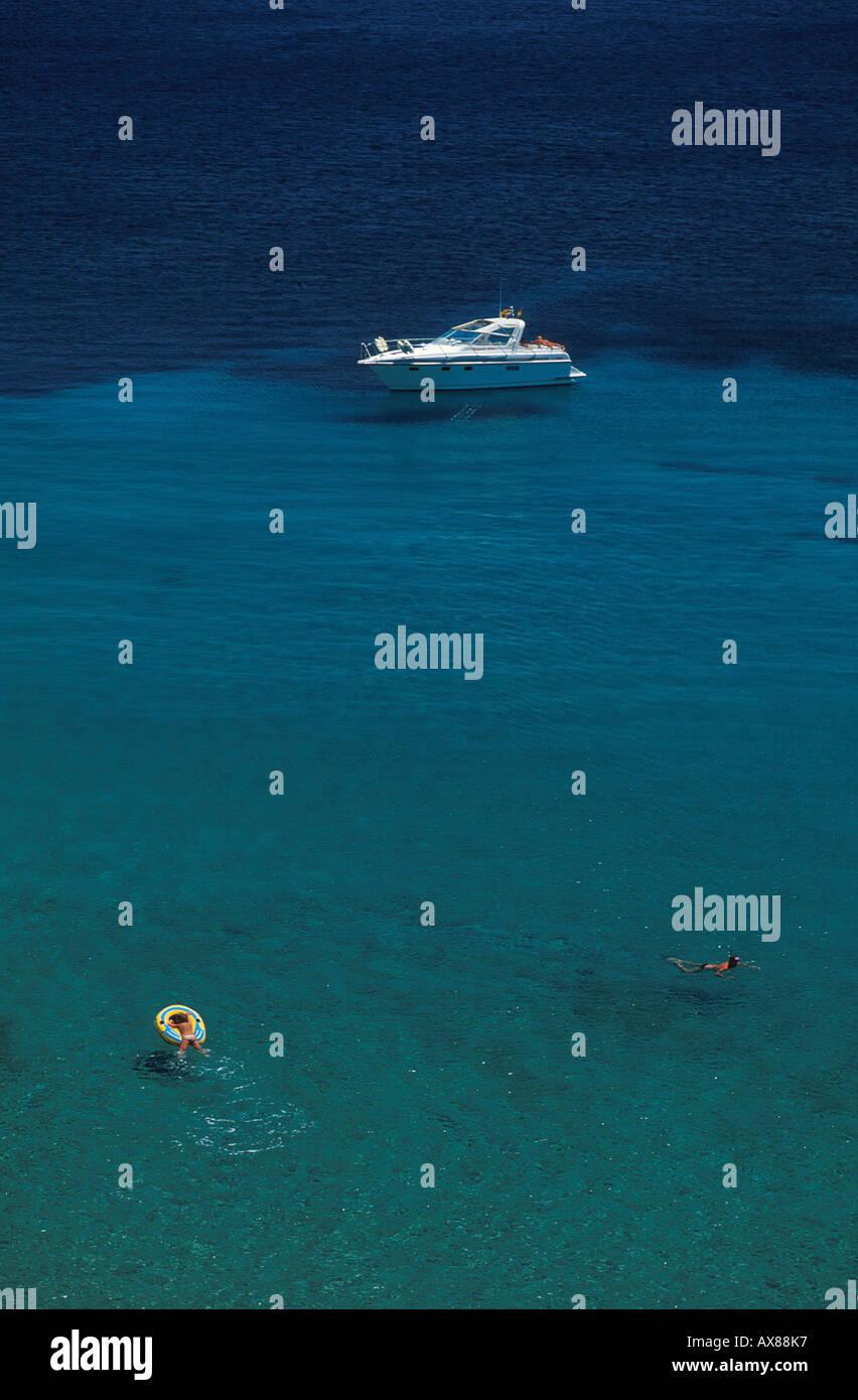 Yacht Und Schwimmer, Cala Boix, Ibiza, Balearen, Spanien, Europa Stockbild