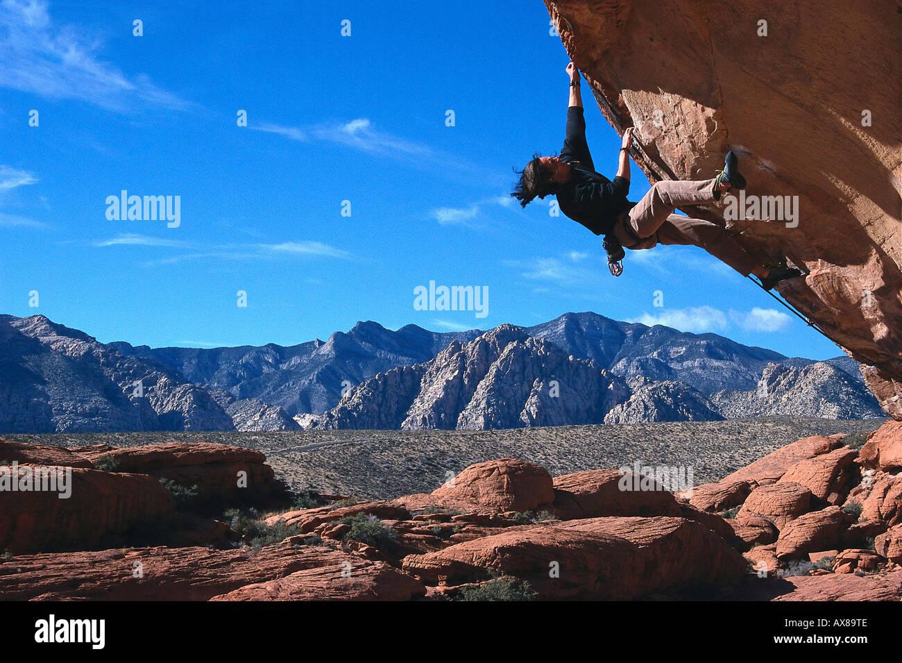 Kletterausrüstung In Der Nähe : Mann klettern freeclimbing bei red rocks in der nähe von las vegas