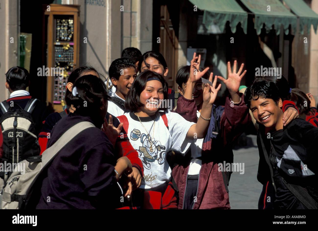 Jugendliche in der Fussgaengerzone, San Louis Potosi, Mittelamerika Mexiko Stockbild