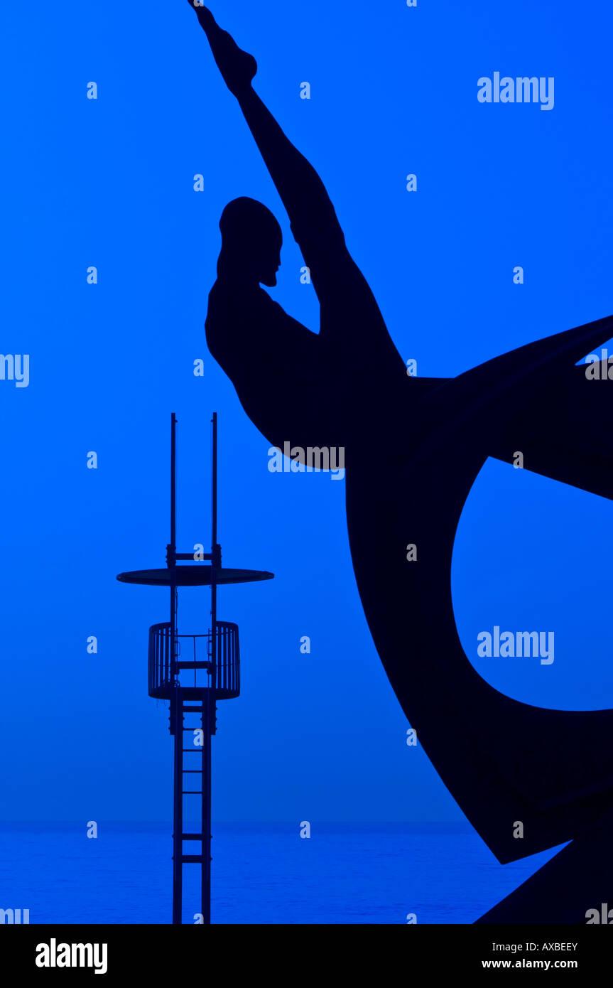 Silhouette einer Skulptur Homenatge ein la Natacio von Alfredo Lanz auf Sant Sebastia Strand Barcelona-Catalunya Spanien Stockfoto