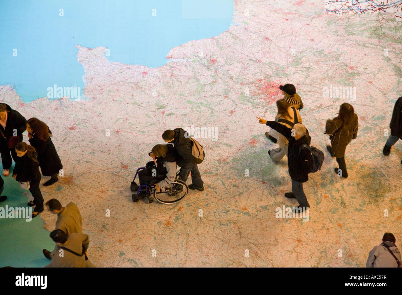 Menschen, die über Boden-Karte von Frankreich Stockbild
